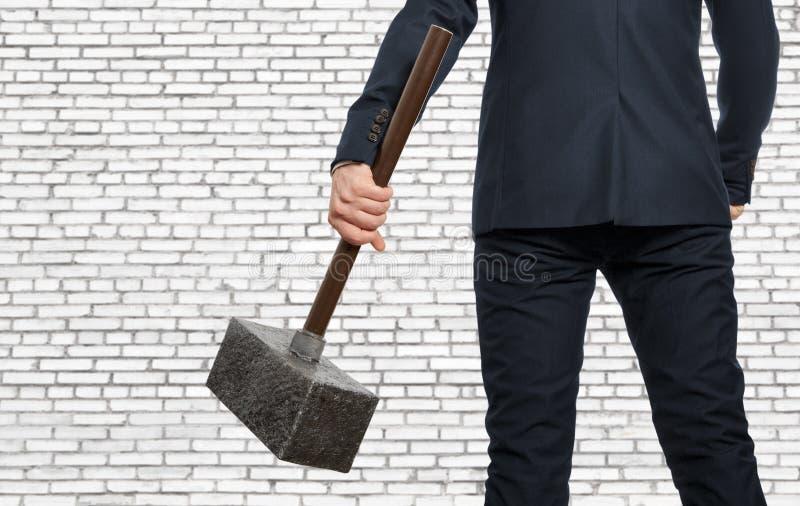 Hombre de negocios resuelto con el martillo foto de archivo