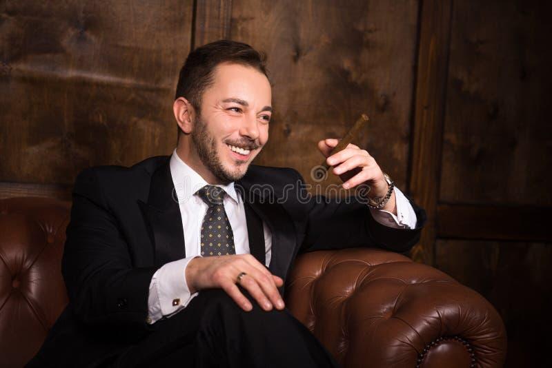 Hombre de negocios rico con el cigarro imagenes de archivo