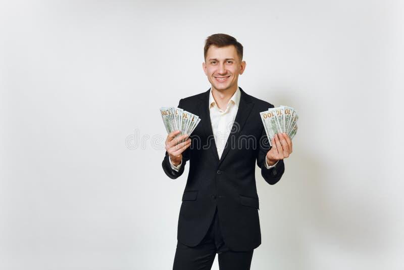Hombre de negocios rico hermoso acertado joven en traje negro en el fondo blanco para hacer publicidad fotografía de archivo libre de regalías