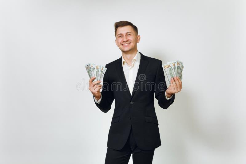 Hombre de negocios rico hermoso acertado joven en traje negro en el fondo blanco para hacer publicidad imagen de archivo