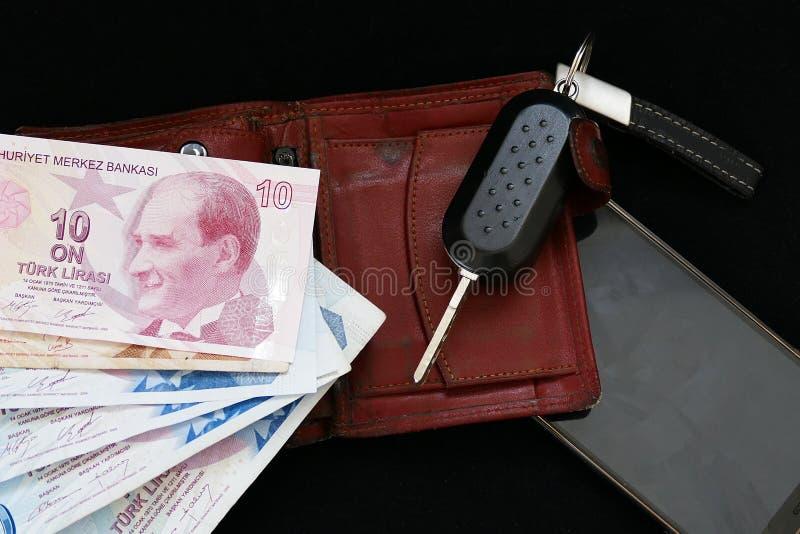 Hombre de negocios rico, teléfono móvil, cartera, dólar y llave del coche, imágenes de archivo libres de regalías
