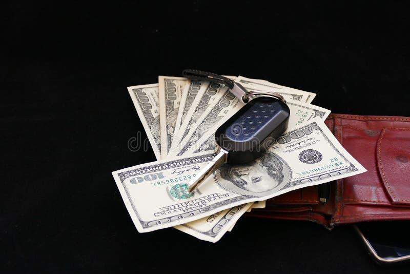 Hombre de negocios rico, teléfono móvil, cartera, dólar y llave del coche, fotos de archivo