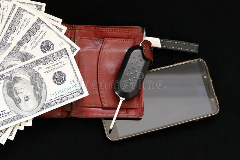 Hombre de negocios rico, teléfono móvil, cartera, dólar y llave del coche, imagenes de archivo
