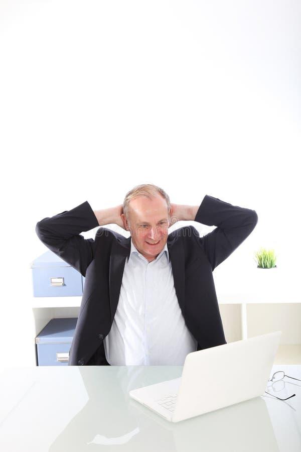 Hombre de negocios satisfecho con los brazos levantados fotos de archivo libres de regalías