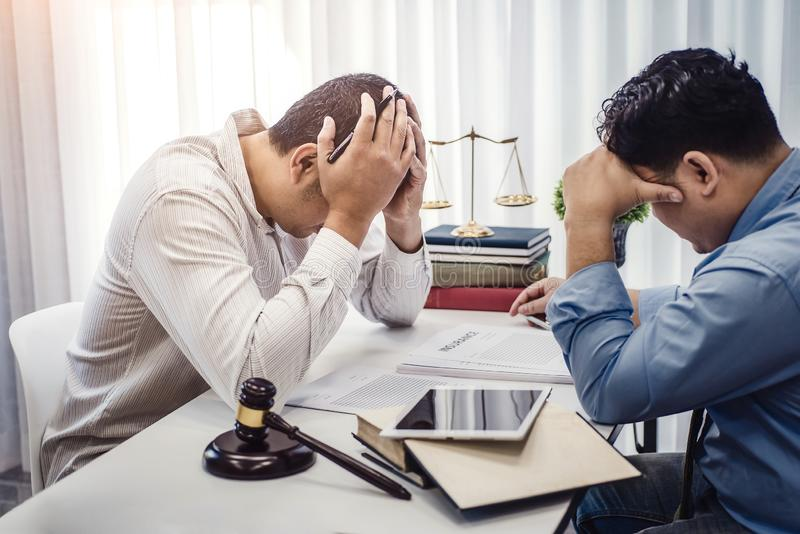Hombre de negocios sentar la tensión seria para el problema del seguro del contrato con los abogados en oficina justicia y ley, a fotografía de archivo libre de regalías