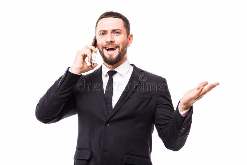 Hombre de negocios serio barbudo hermoso en el teléfono aislado sobre el fondo blanco del estudio imagenes de archivo