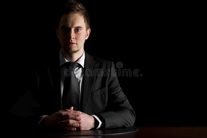 Hombre de negocios serio en el escritorio. fotos de archivo libres de regalías