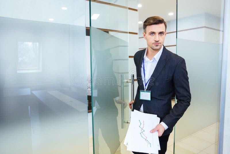 Hombre de negocios serio que entra en la sala de reunión foto de archivo libre de regalías