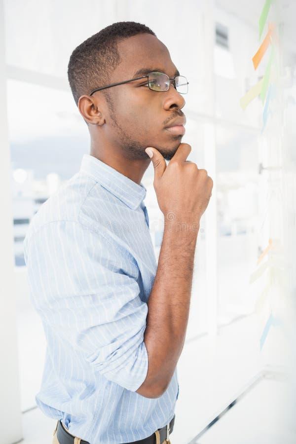 Hombre de negocios serio que piensa con la mano en la barbilla foto de archivo libre de regalías