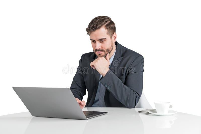Hombre de negocios serio que trabaja con el ordenador portátil, aislado imágenes de archivo libres de regalías