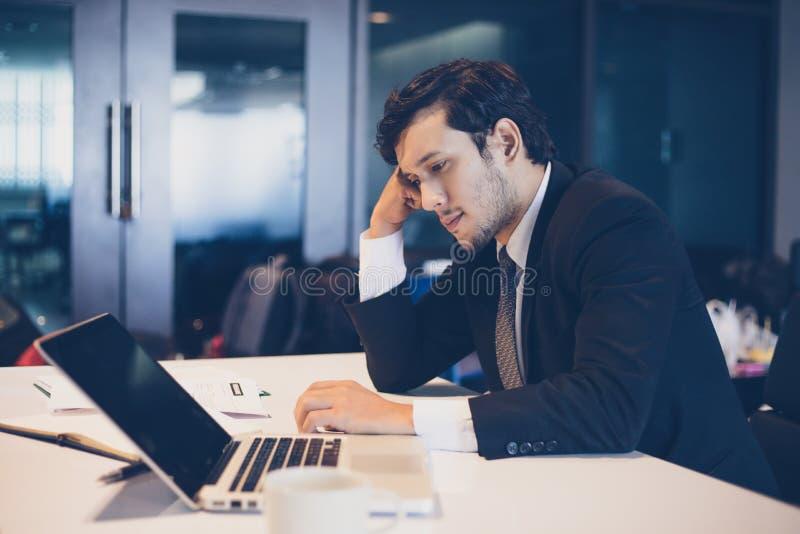 Hombre de negocios serio sobre el trabajo hecho difícilmente hasta el dolor de cabeza fotografía de archivo libre de regalías