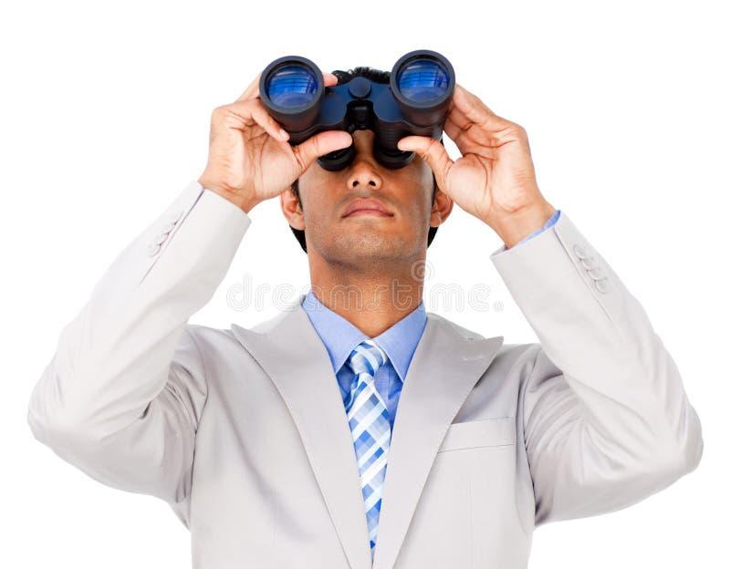 Hombre de negocios serio usando los prismáticos imagenes de archivo