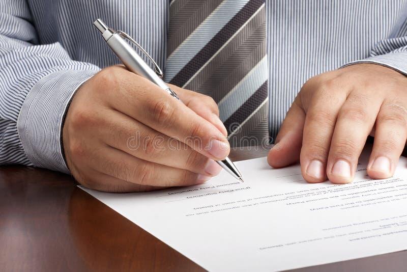 Hombre de negocios Signing Contract Document imagen de archivo