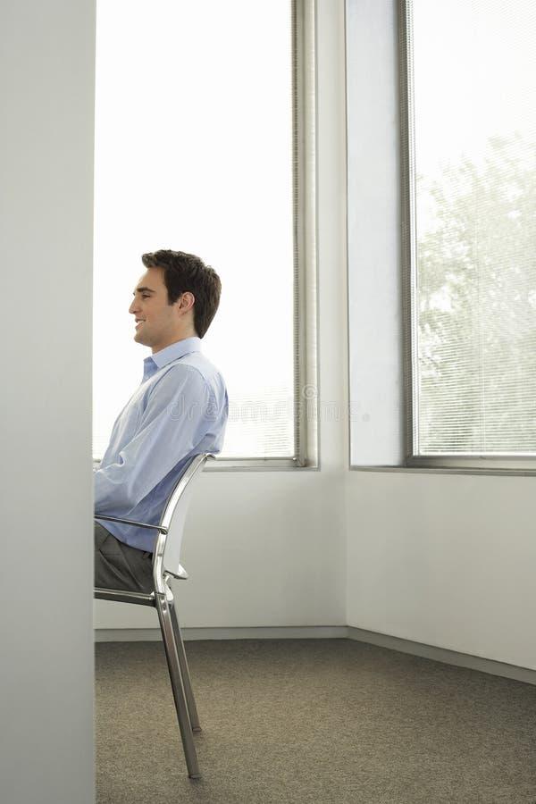 Hombre de negocios Sitting On Chair en oficina fotos de archivo libres de regalías