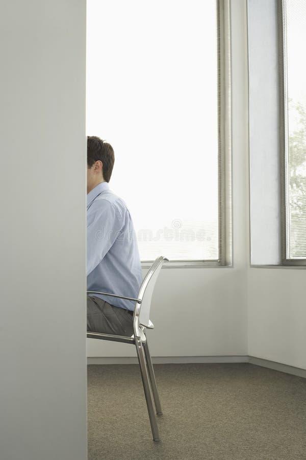 Hombre de negocios Sitting On Chair en oficina imágenes de archivo libres de regalías