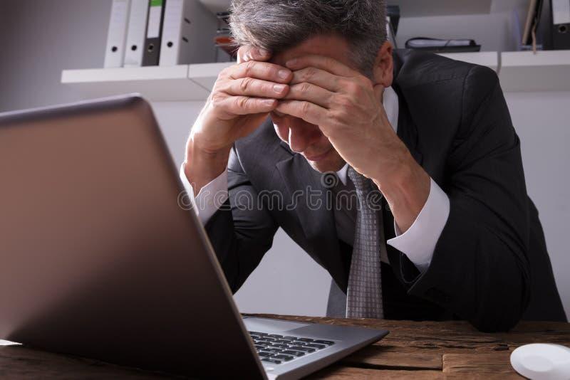 Hombre de negocios Sitting In Office del trastorno fotografía de archivo