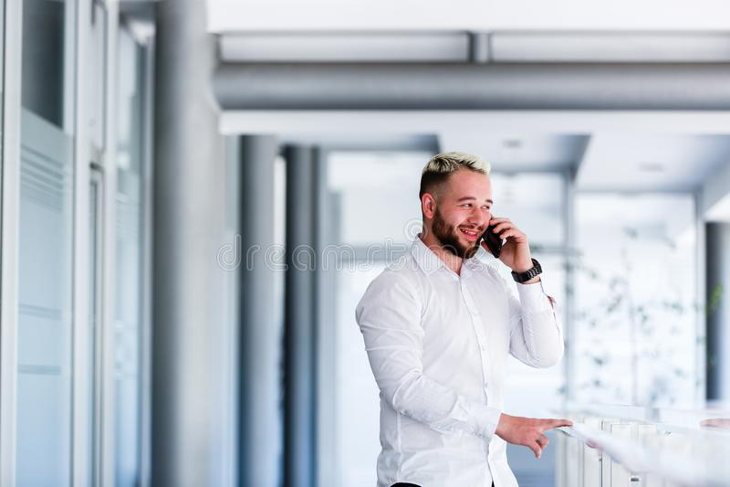 Hombre de negocios Smiles While Talking en el teléfono foto de archivo libre de regalías