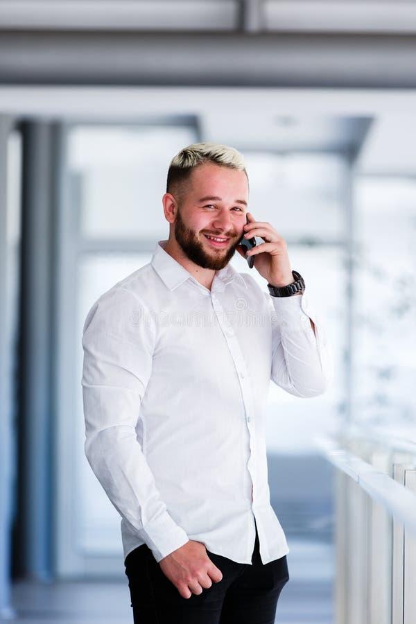 Hombre de negocios Smiles While Talking en el teléfono fotografía de archivo libre de regalías