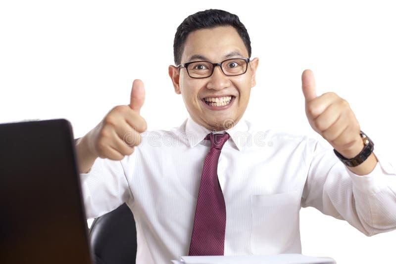 Hombre de negocios Smiling y pulgares de las demostraciones encima del gesto foto de archivo libre de regalías