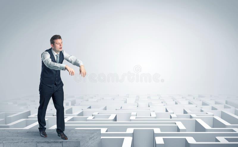 Hombre de negocios soñoliento en el top de un laberinto fotos de archivo libres de regalías