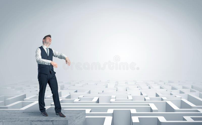 Hombre de negocios soñoliento en el top de un laberinto imágenes de archivo libres de regalías