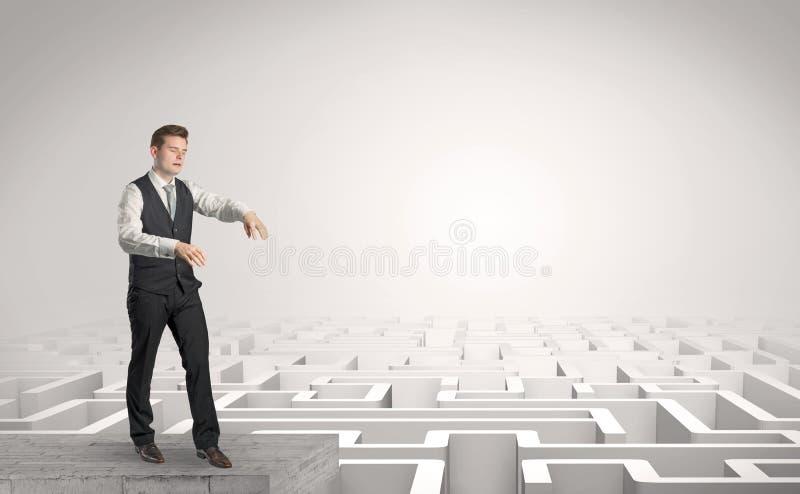 Hombre de negocios soñoliento en el top de un laberinto fotografía de archivo