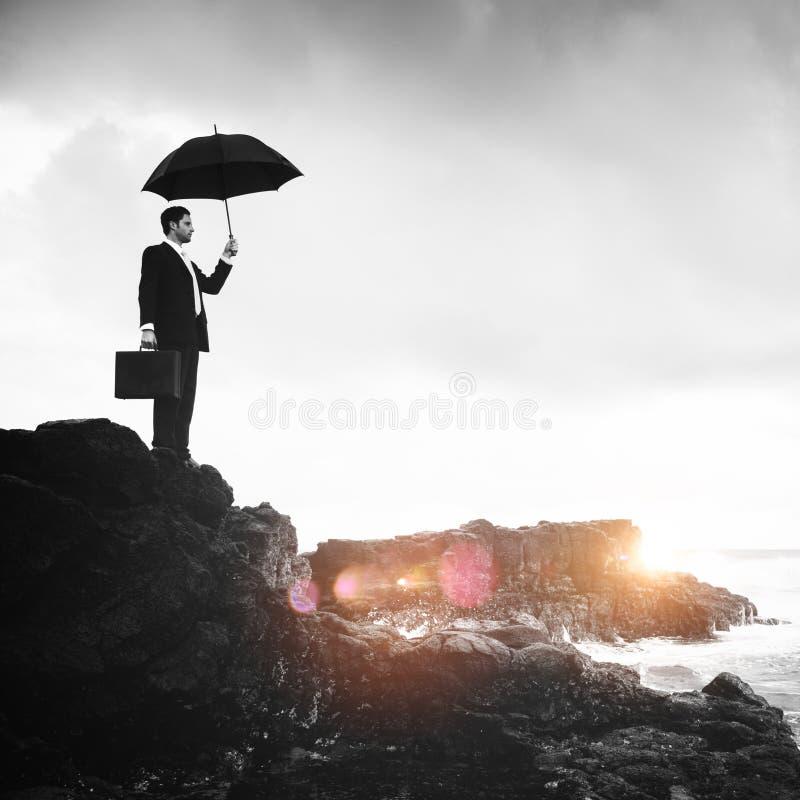 Hombre de negocios solo que hace una pausa el concepto de la playa fotografía de archivo libre de regalías