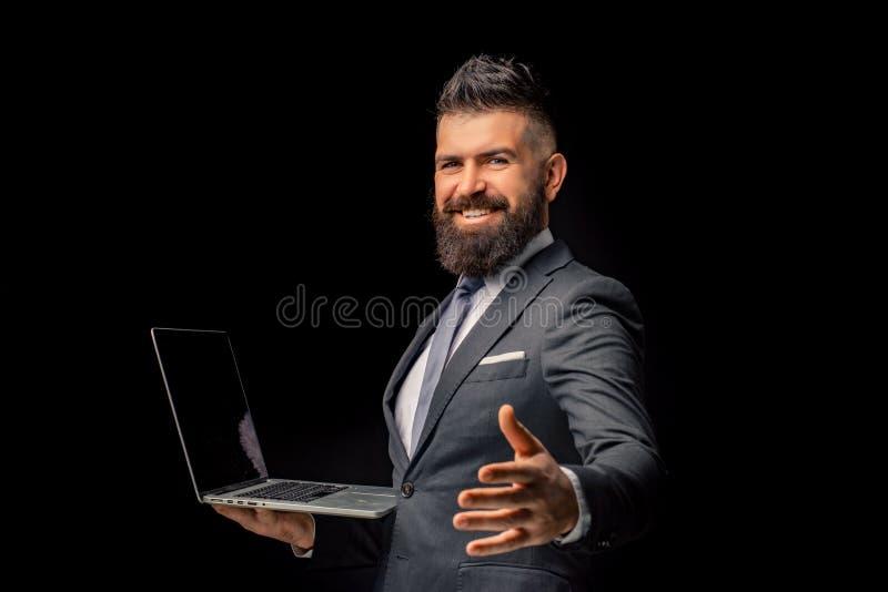 Hombre de negocios sonriente con la computadora portátil Proyecto grande acabado Hombre hermoso en oficina de negocios Funcionami fotos de archivo