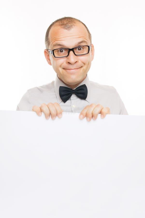Hombre de negocios sonriente con la tarjeta blanca del Info fotografía de archivo libre de regalías