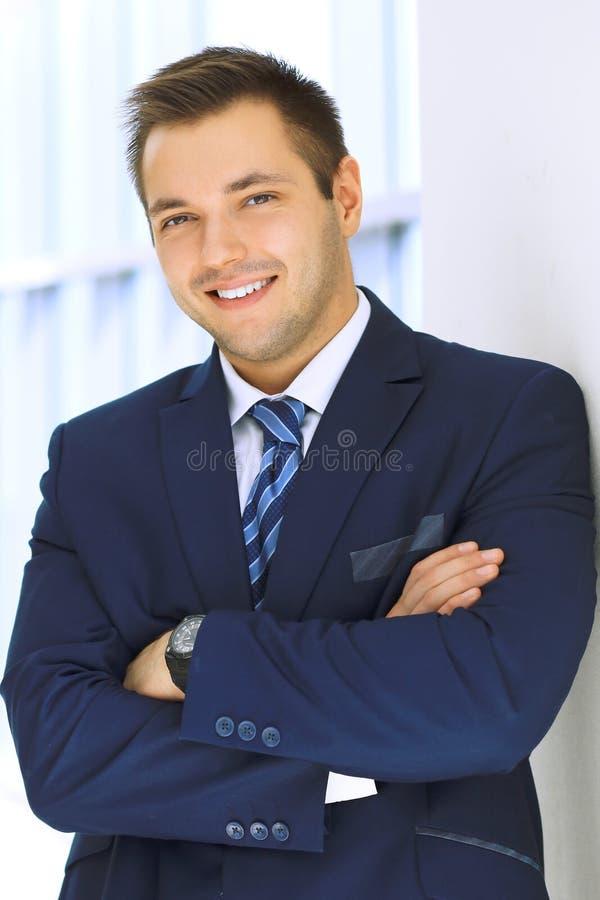 Hombre de negocios sonriente en oficina fotografía de archivo