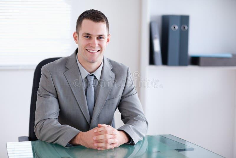 Hombre de negocios sonriente en una reunión imagen de archivo