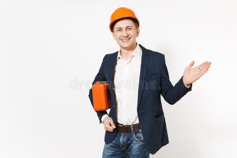 Hombre de negocios sonriente hermoso joven en traje oscuro, caso protector de la tenencia del casco de protección con los instrum imagen de archivo libre de regalías