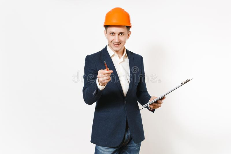 Hombre de negocios sonriente joven en traje oscuro, tablero protector de la tenencia del casco de la construcción con el document foto de archivo