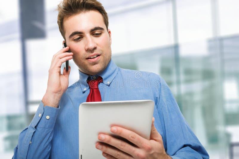 Hombre de negocios joven que habla en el teléfono fotografía de archivo libre de regalías