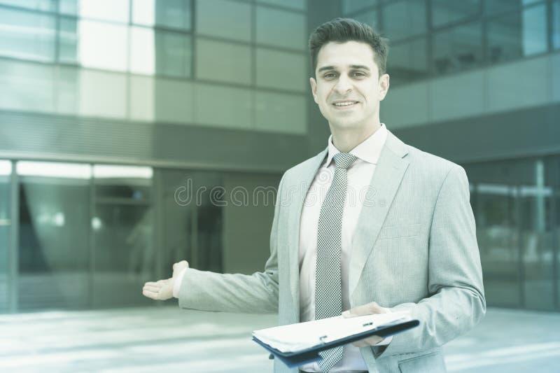 Hombre de negocios sonriente que acoge con satisfacción a socios foto de archivo libre de regalías