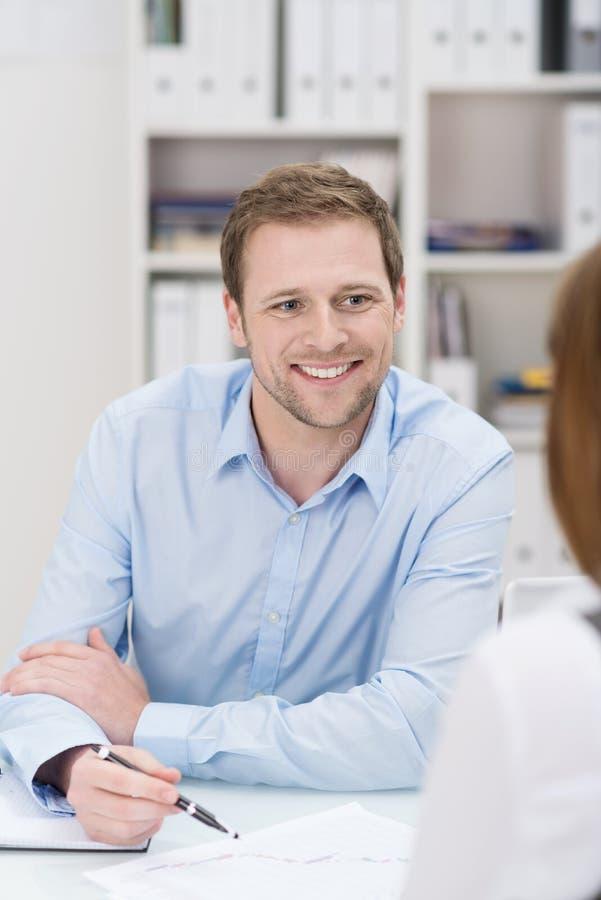 Hombre de negocios sonriente que tiene una discusión fotos de archivo