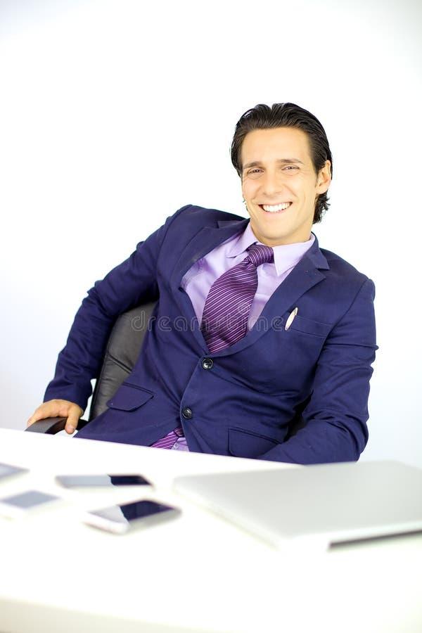 Hombre de negocios sonriente rodeado por la tecnología foto de archivo libre de regalías