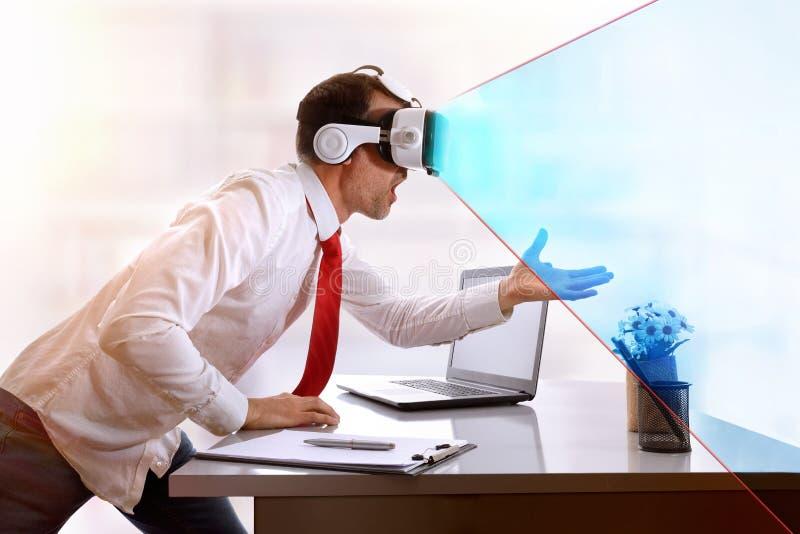 Hombre de negocios sorprendido con los vidrios de la realidad virtual y visi azul fotos de archivo