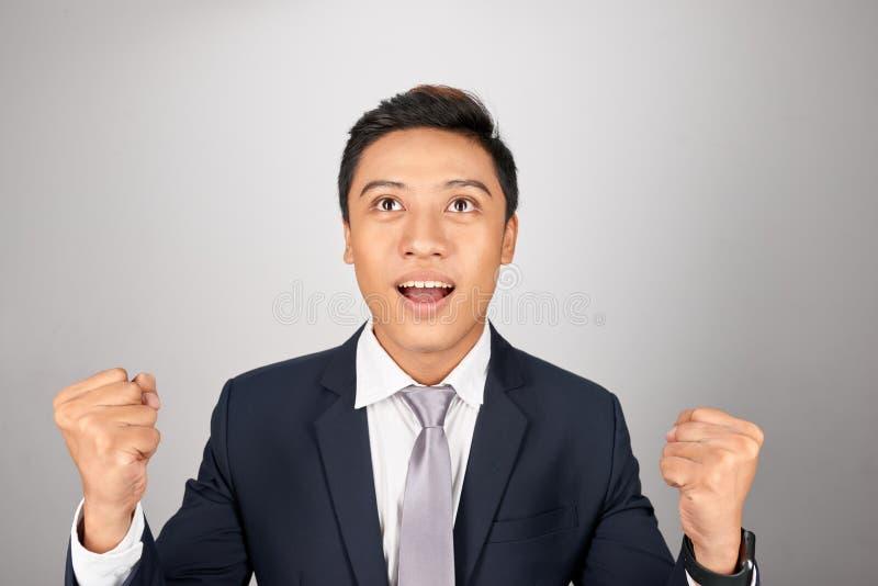 Hombre de negocios sorprendido en sus buenas noticias imagen de archivo libre de regalías
