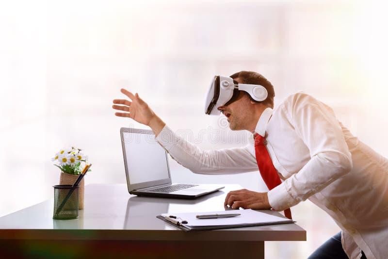 Hombre de negocios sorprendido que quiere tocar imagen virtual en el offi fotos de archivo libres de regalías