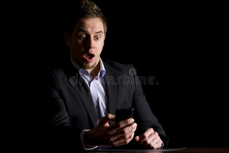 Hombre de negocios sorprendido sobre mensajes de texto foto de archivo
