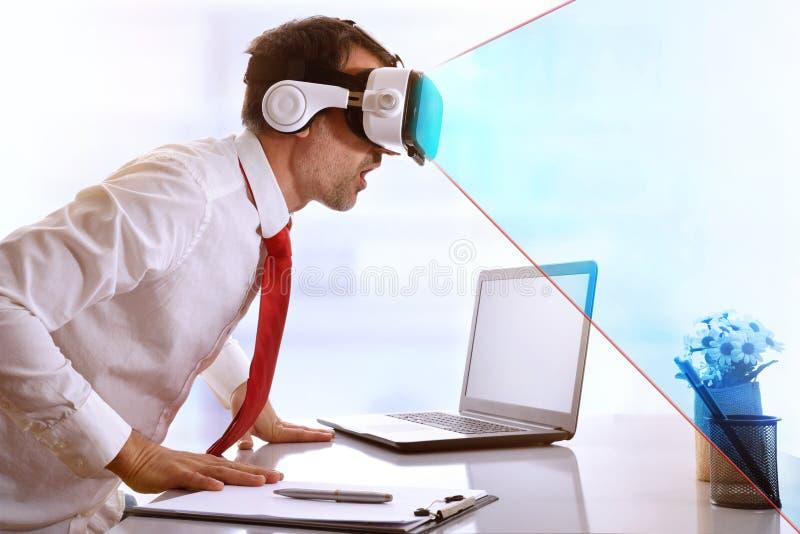Hombre de negocios sorprendido usando los vidrios de la realidad virtual con el azul VI fotografía de archivo