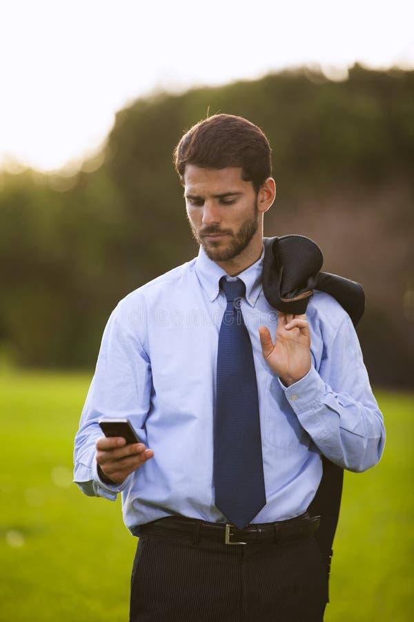 Hombre de negocios speeking en su teléfono móvil fotos de archivo