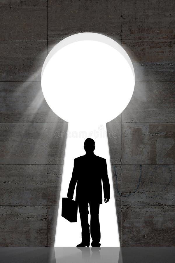 Hombre de negocios Standing In Front Of Large Keyhole fotos de archivo