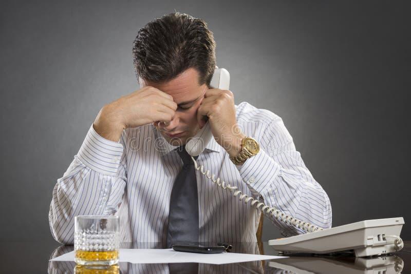 Hombre de negocios subrayado con dolor de cabeza imágenes de archivo libres de regalías