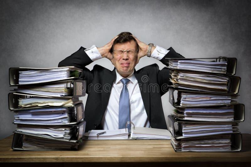 Hombre de negocios subrayado con exceso de trabajo fotografía de archivo libre de regalías