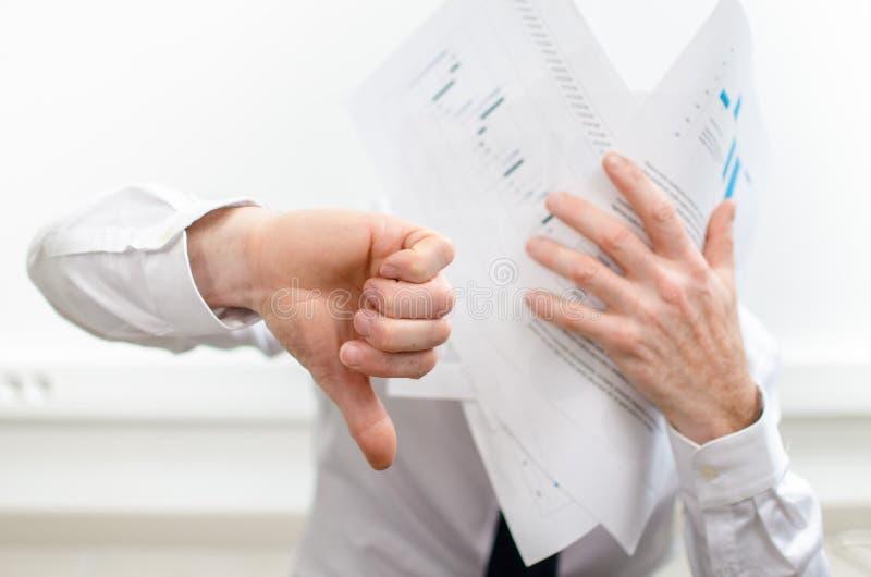 Hombre de negocios subrayado, pulgar para arriba imagen de archivo