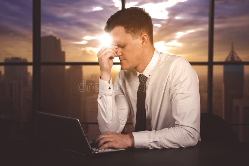 Hombre de negocios subrayado que trabaja demasiado en la oficina fotografía de archivo libre de regalías
