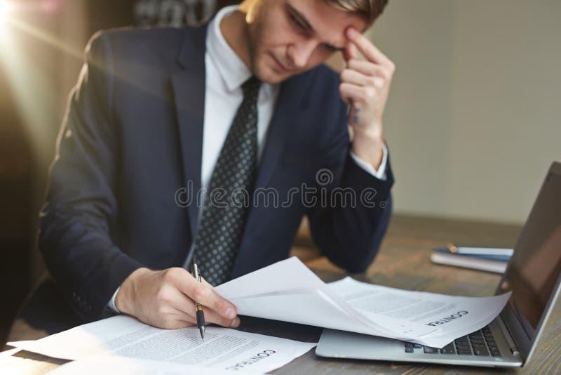 Hombre de negocios subrayado Working con los documentos del contrato fotografía de archivo libre de regalías