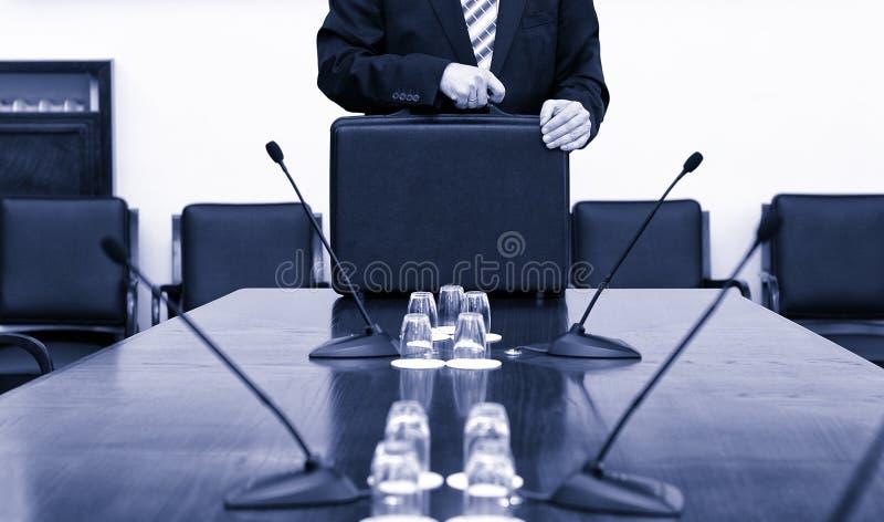 Hombre de negocios In Suit Holding su cartera al inicio del busine fotografía de archivo